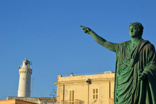 Статуя императора Nerone и маяка в Анцио